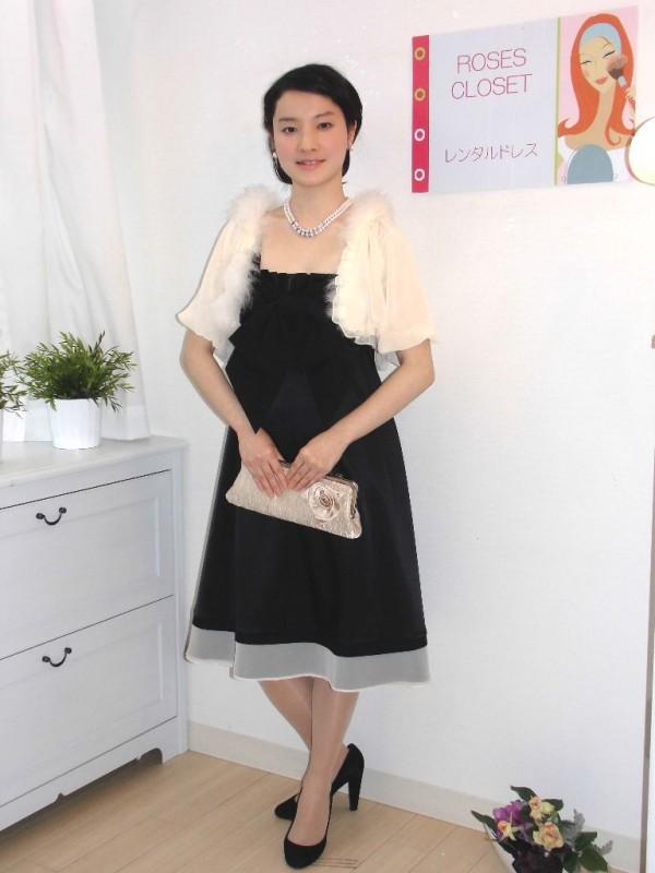 黒ドレスは重い印象を与えるので、ベージュの明るいボレロとバッグをチョイス♪