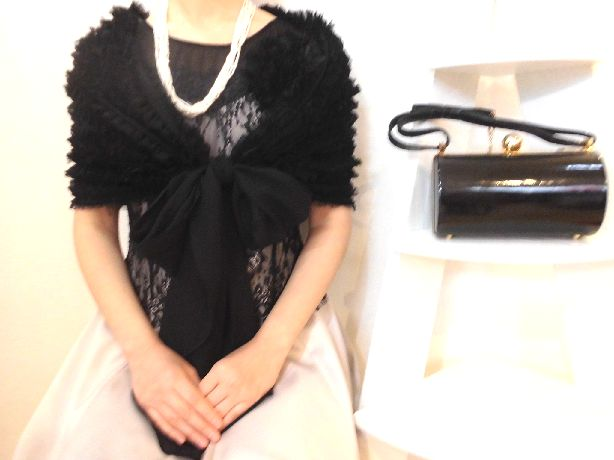 筒型のハードなバッグは、コロンとしたフォルムと持ち手のリボンが黒かわいい♪