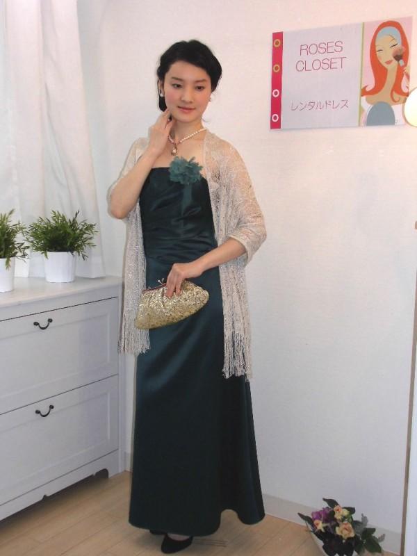 派手になりがちなマキシドレスも、深みのあるグリーンのこのドレスならコーディネートも上品な仕上がりに