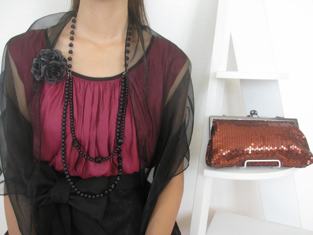 黒の小物で気品あるスタイルに。透け感のあるシンプルショールでとことん大人っぽさをアピール。華やかなスパンコールのバッグを差し色に。