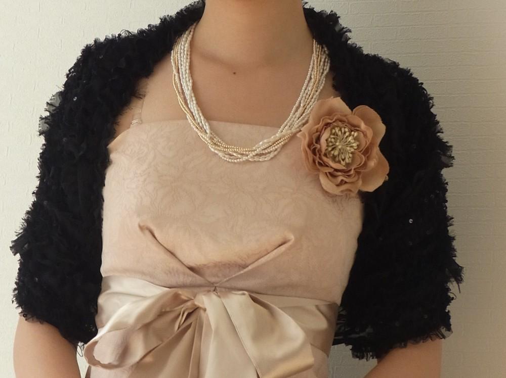ネックレス、コサージュは色を合わせてドレスを主役に