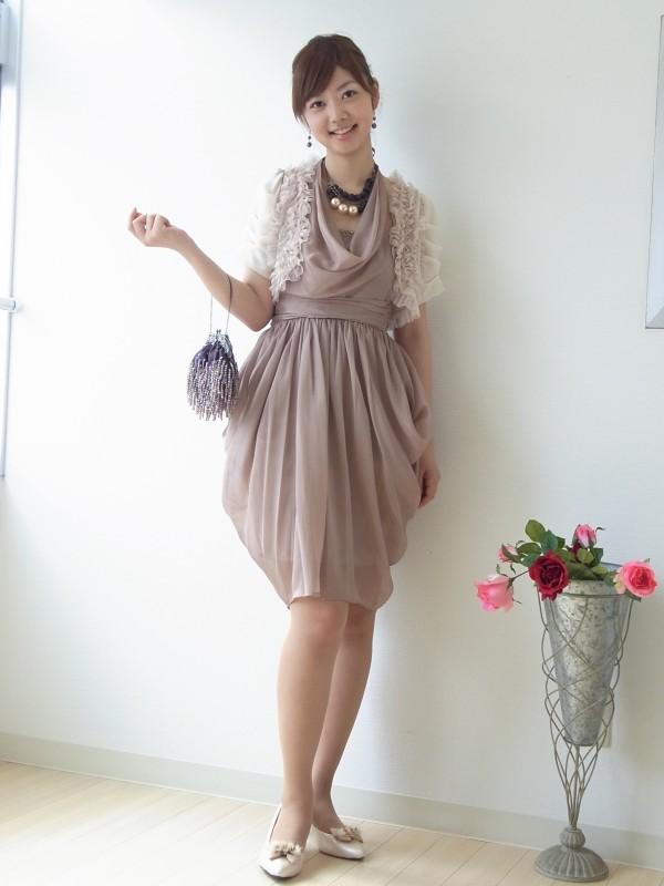 ふんわりドレスにフリルいっぱいのボレロ。甘くなりすぎないようカッチリとしたネックレスとバッグを合わせています。