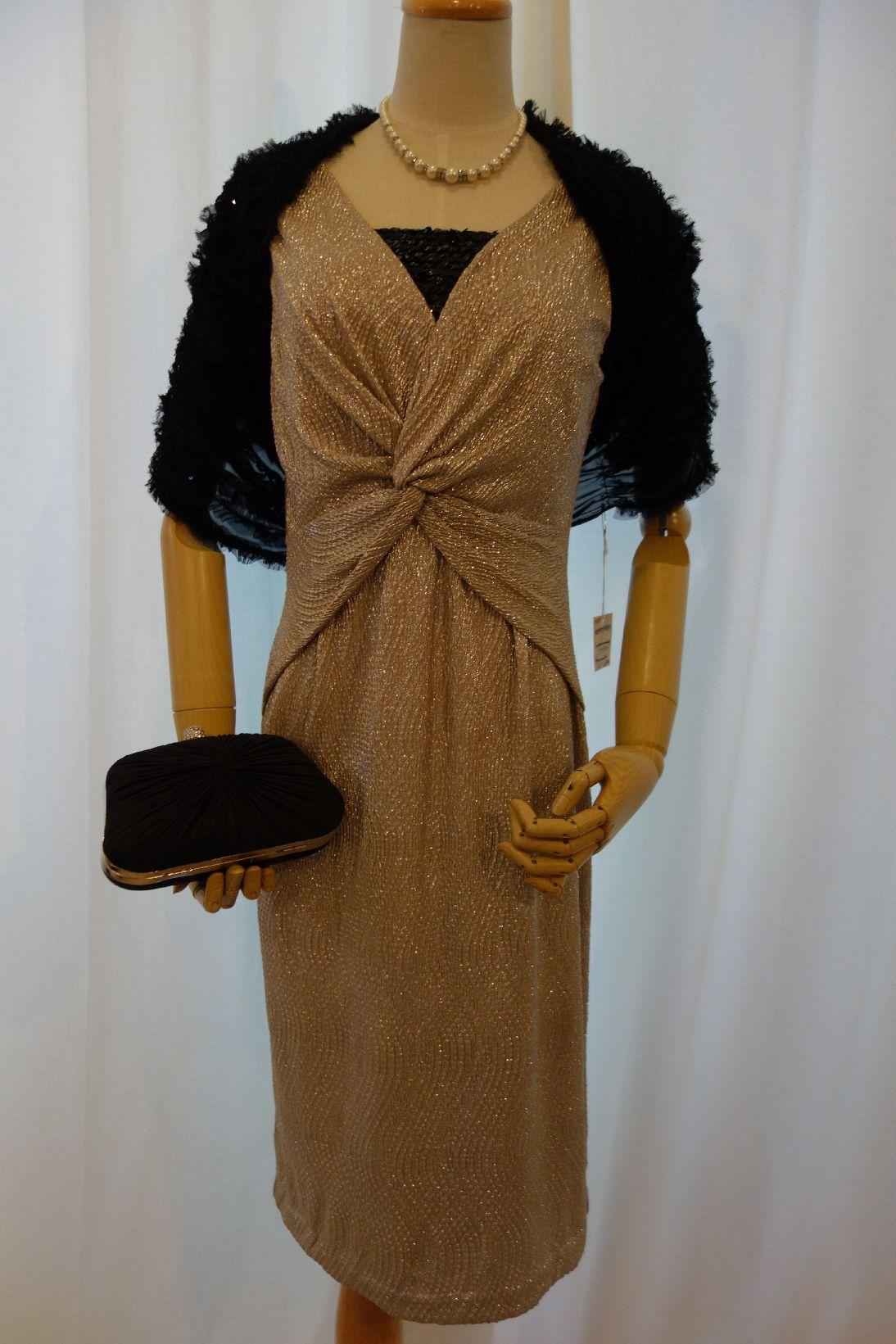 キラキラゴールドのドレスには、ドレスに負けない華やかな黒の小物のコーディ ネートでよりリッチに♪ゴージャスに♪